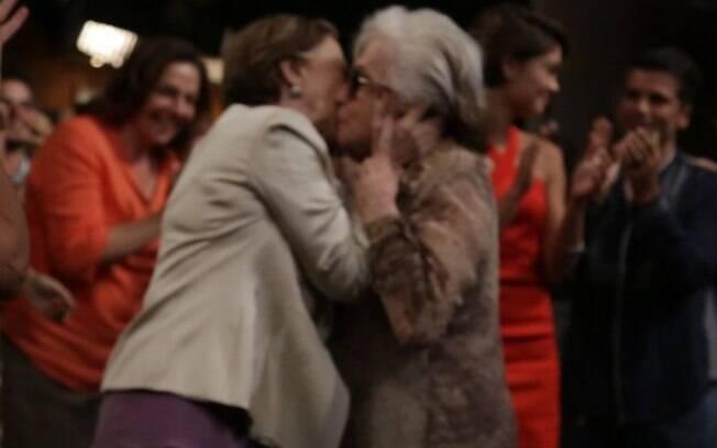 Fernanda Montenegro e Nathalia Timberg se beijam na coletiva de lançamento de