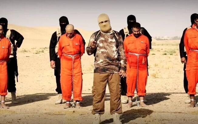 Liderança do Estado Islâmico discursa antes de queimar reféns no Iraque. Foto: Reprodução