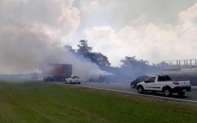 Bandeirantes é interditada após caminhão carregado com sucata pegar fogo