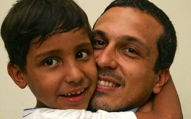 Christian  Heinlik com Paulo Vinícius, adotado há três anos
