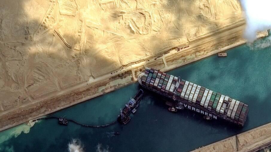 Navio interrompe passagem pelo Canal de Suez