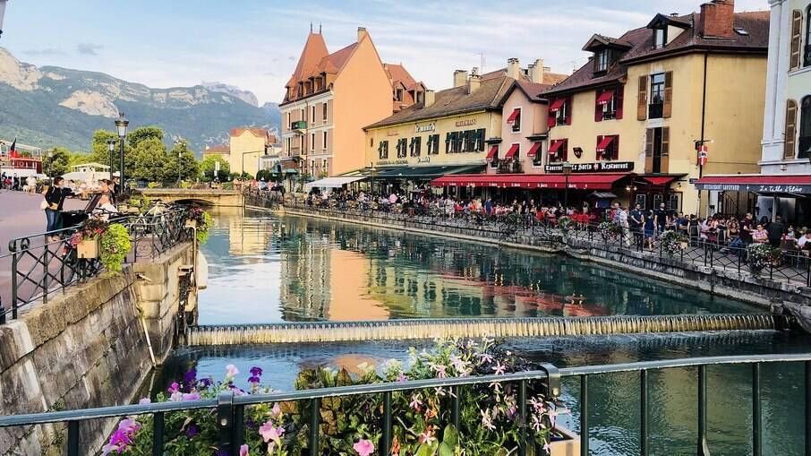 """Conhecida como a """"Veneza dos Alpes da França"""", Annecy é uma graciosa cidade no sudoeste francês."""