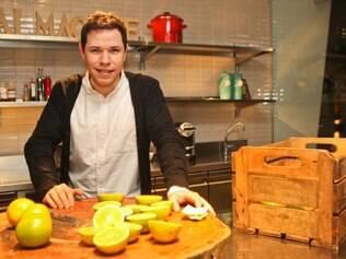 Felipe Rameh na cozinha-show da nova casa, o Alma Chef, que congrega restaurante, escola, loja e espaço para eventos