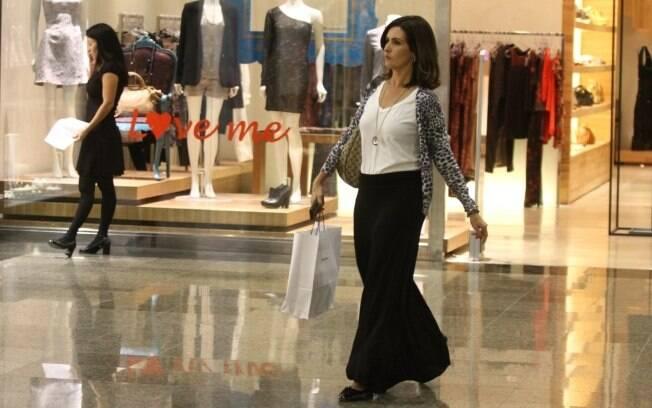 Sozinha, Fátima Bernardes faz compras em shopping carioca