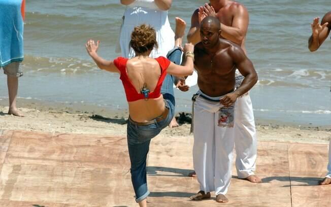 Depois de observar os golpes, Jennifer Lopez tenta repetí-los