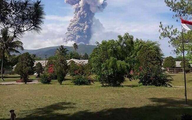 Vulcão entrou em erupção em região atingida por terremoto e tsunami; saques na Indonésia são novo alerta