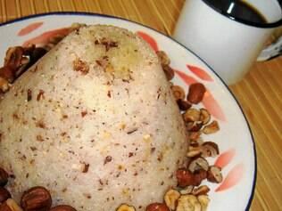 O cuscuz de arroz é típico do Vale do Ribeira - na receita, Neide Rigo preparou com licuri, um tipo de amêndoa da Bahia