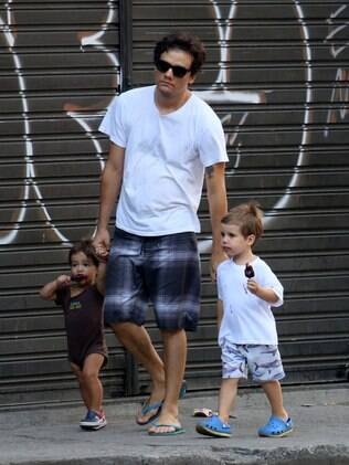 Wagner Moura leva os filhos, José e Salvador, para tomar sorvete em padaria na zona sul do RJ