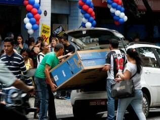 Economia - Belo Horizonte - MG 13 deve aquecer comercio . Primeira parcela junto a promocoes do Black Friday fazem centro da cidade ficar lotado  FOTO: FERNANDA CARVALHO / O TEMPO - 28.11.2014