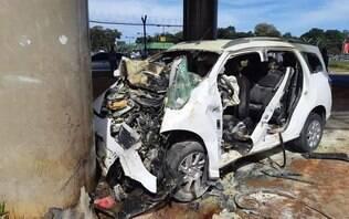 Carro pega fogo após motorista ter mal súbito e colidir com pilastra; assista