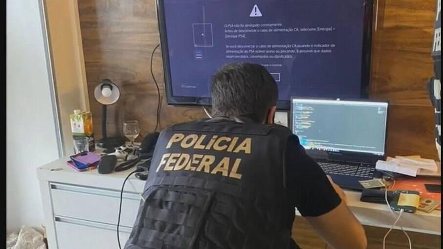 Agente da PF investigando