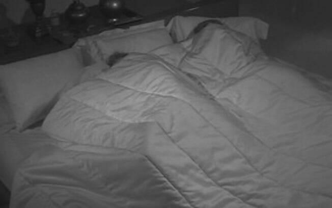 Amanda dividia a cama com o casal