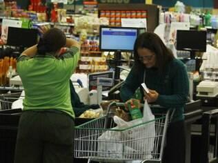 Consumidor paga, em média, R$ 0,08 por cada sacolinha nos supermercados