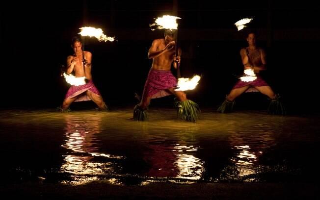 A dança com fogo é uma tradição da polinésia que é possível ver de perto em praias do Tahiti