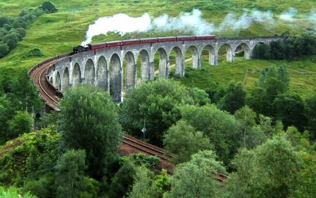 O viaduto de Glenfinnan é a famosa rota do Hogwarts Express, o trem que leva os alunos para a escola de magia