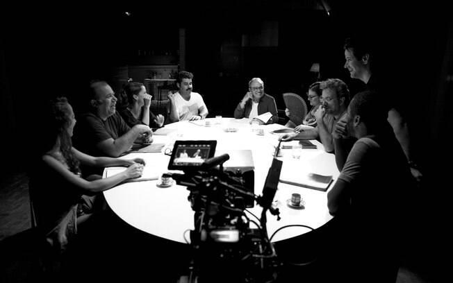 Murilo Benício com seus atores durante as gravações de