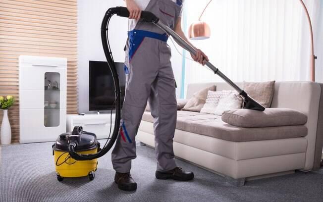 A higienização caseira pode ser perigosa e ainda causar manchas ao longo do tempo nos sofás, ressalta especialista