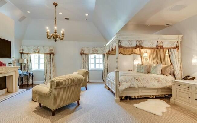 A casa é dividida em cinco quartos, seis banheiros, um lavabo e inúmeras salas