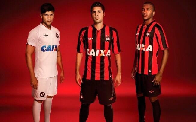 Jogadores do Atlético-PR exibem o novo  uniforme para o Campeonato Brasileiro