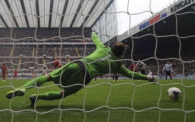 De pênalti, Gerrard faz seu 100º gol no Campeonato Inglês no duelo entre Newcastle e Liverpool