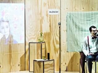 """Dois tempos. Em """"À Distância"""", duas peças ocorrem em espaços diferentes e são conectadas por um sistema de videoconferência"""
