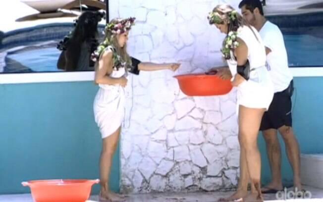 Sisters lavam os pés sujos de gel