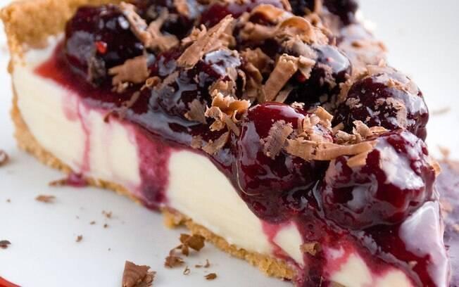 torta de chocolate branco e frutas vermelhas