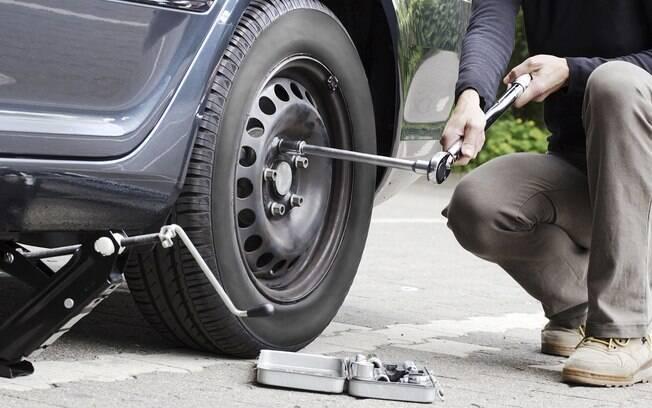 Antes de subir o carro, afrouxe os parafusos da roda que irá substituir