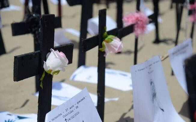 Foram fincadas na areia 144 cruzes pretas, uma para cada transexual ou travesti mortas no ano passado