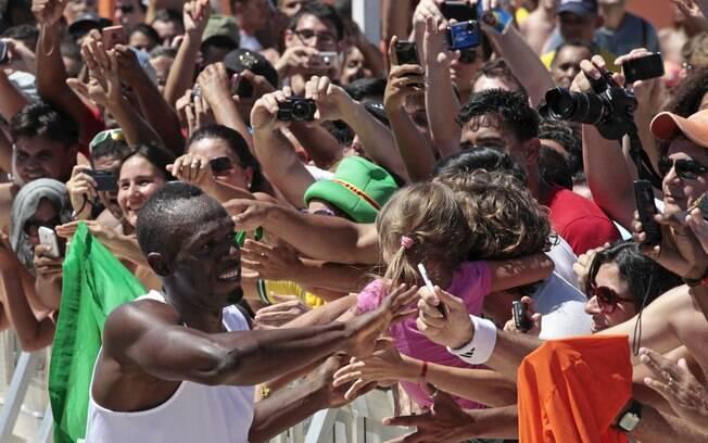 Multidão de reuniu em Copacabana, e Bolt foi  cumprimentar a torcida após vencer o desafio dos  150 m