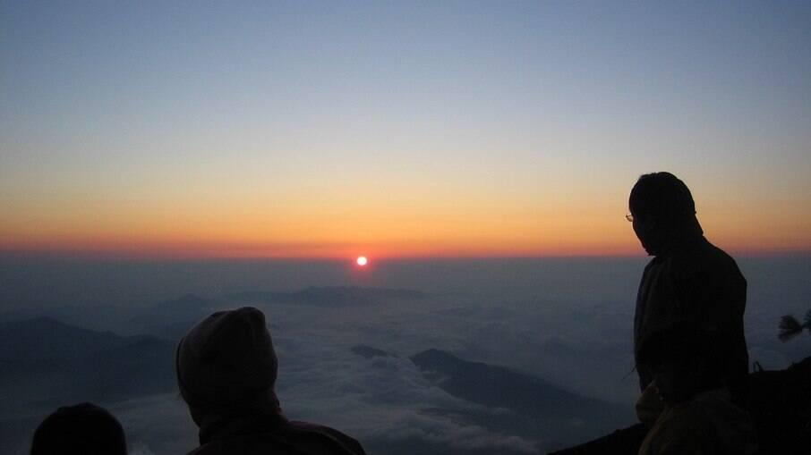 O nascer do sol no topo do Monte Fuji