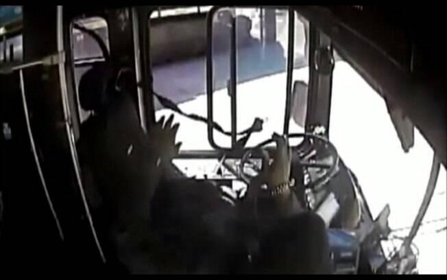 Passageiros de ônibus escapam por pouco de batida com trem nos EUA