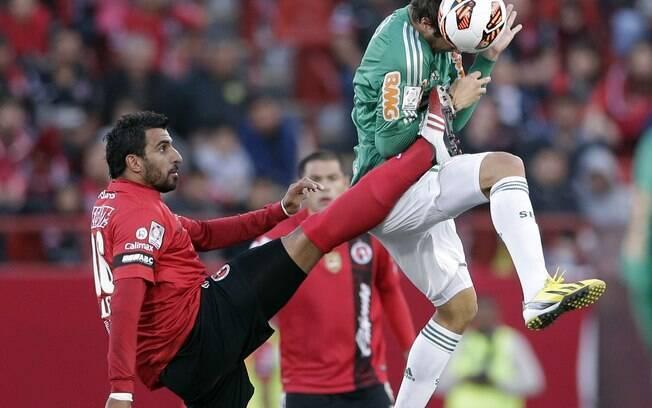 Kleber faz o toque de cabeça em disputa pela  bola com jogador do Tijuana