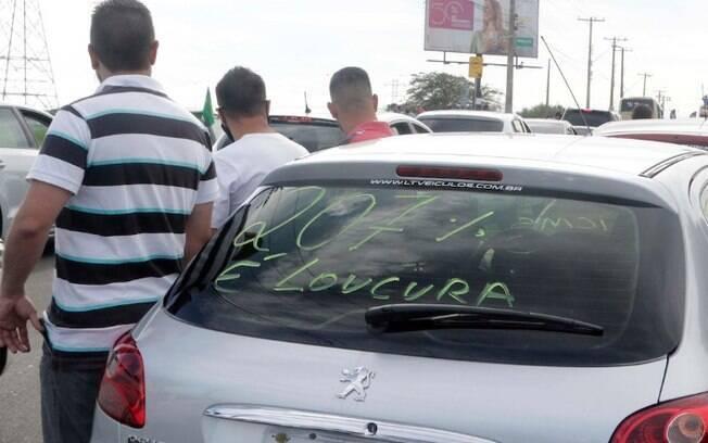 Revendedores de veículos fazem carreata contra aumento do ICMS