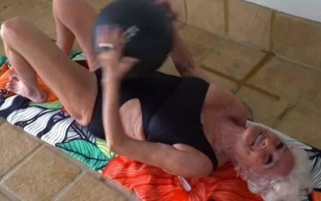 Hallie mantém uma rotina de exercícios físicos com uma bola medicinal para ter um bom desempenho no sexo