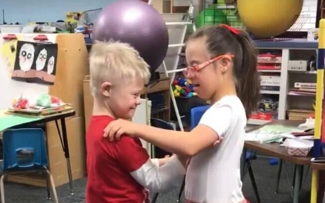 Duas crianças com síndrome de down, da Westwood Elementary School, dançam em vídeo e emocionam as redes sociais