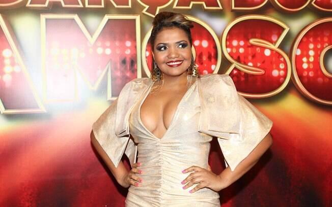 Decotada, Gaby Amarantos canta na final de