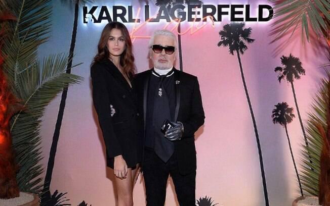 Karl Lagerfeld tinha um visual registrado e sempre chamava atenção por onde passada por causa dos óculos escuros