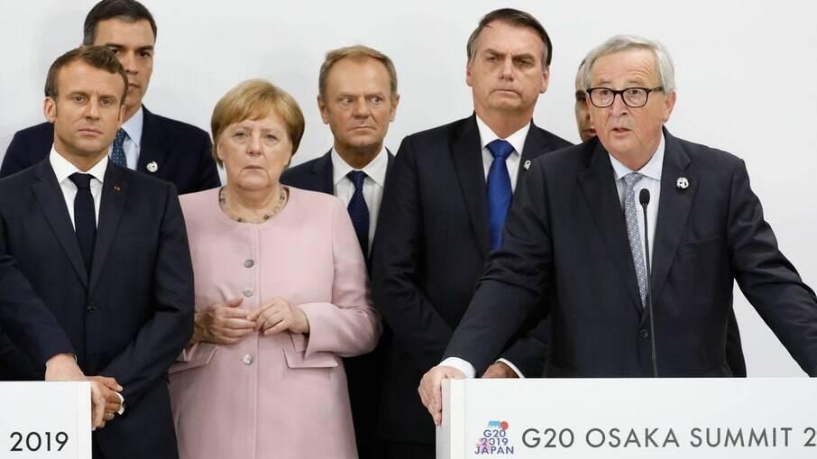 Angela Merkel e Jair  Bolsonaro, em Osaka, com líderes do G20
