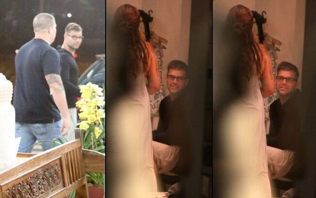 Ricky Martin foi ao shopping acompanhado por um segurança