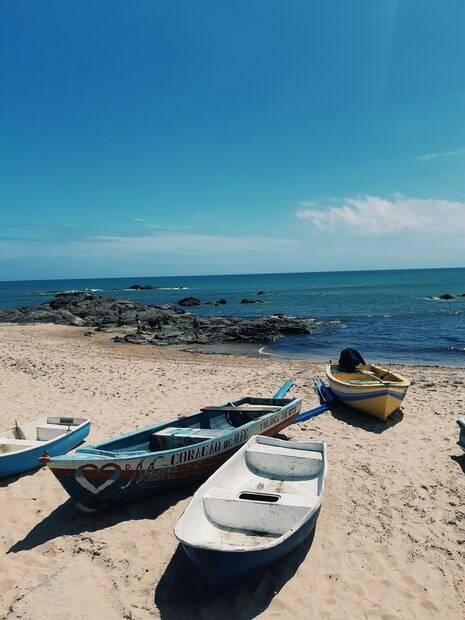 Mar de salvador, praia de Itapuã, com barcos na areia