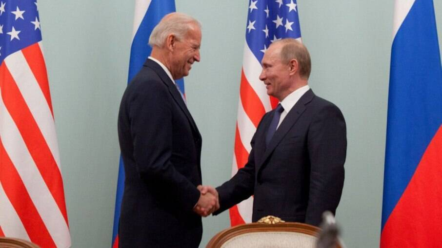 Presidentes Joe Biden e Vladimir Putin em reunião