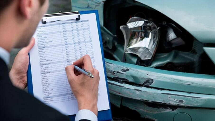 Após a negociação com os demais envolvidos, o responsável deve acionar o seguro para arcar com o prejuízo dos veículos