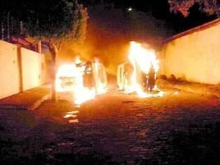 Tensão. Grupo de pessoas revoltadas com a morte do bebê incendiou veículos e parte da delegacia