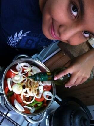 Enzo prepara um escabeche: irmãos postaram sobre refeições servidas na escola e no Sesc, em São Paulo