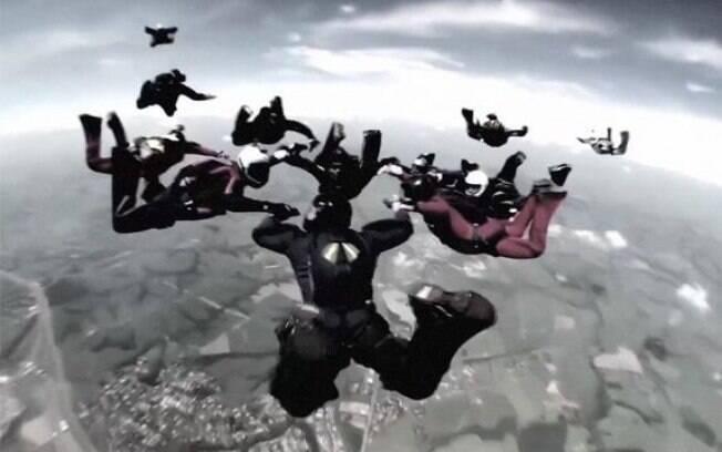 Grupo com cerca de trinta paraquedistas treinava a formação de arcos olímpicos no ar
