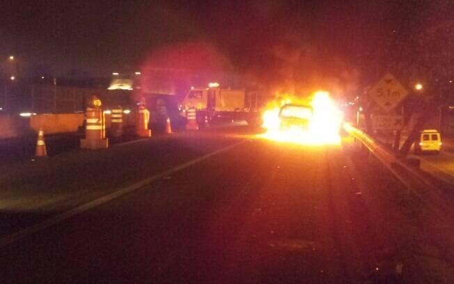 Carro de Mr. Catra em chamas no acostamento da Via dutra, Rio