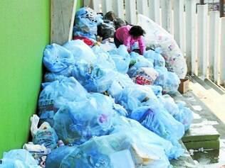 Insuportável.  Sacos de lixo ficaram acumulados na parte externa do ginásio, causando mau cheiro