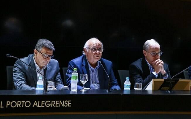 No centro da foto%2C Romildo Bolzan%2C presidente do Grêmio