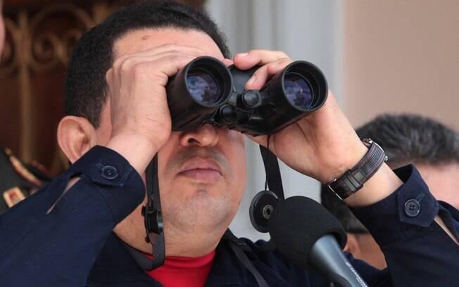 Hugo Chávez usa binóculos dados por vice-premiê bielo-russo, Vladimir Semashko, em Caracas, em junho de 2012